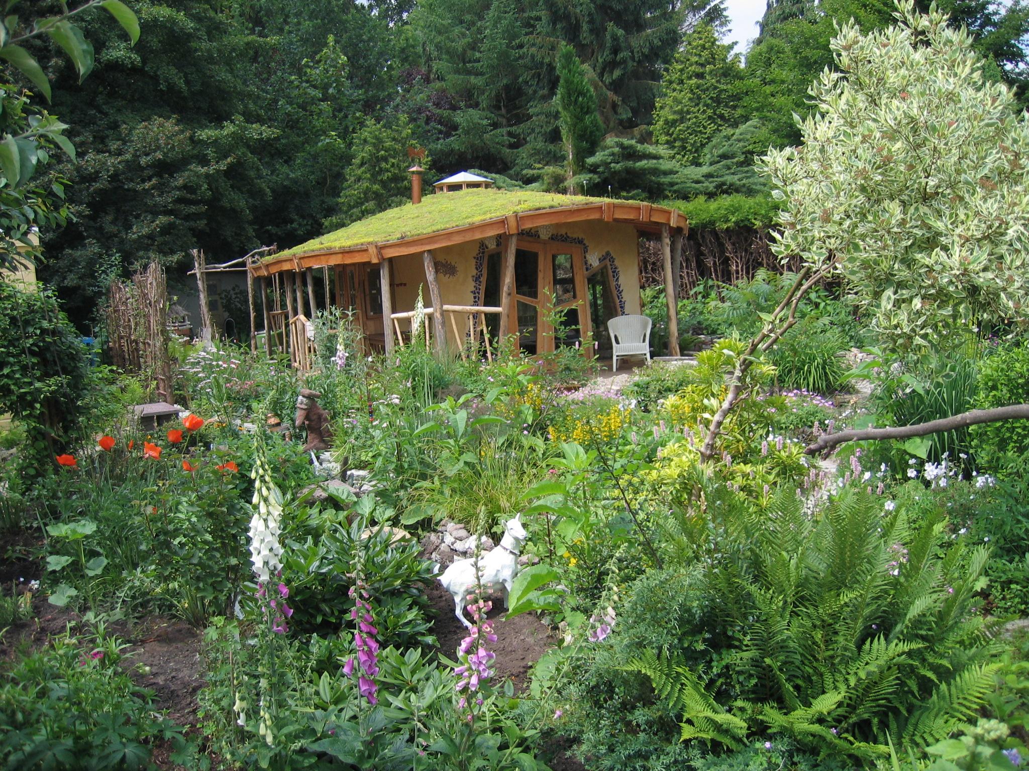 Siertuin met tuinhuis (met grasdak) op tuinpark Tuinwijck in Groningen